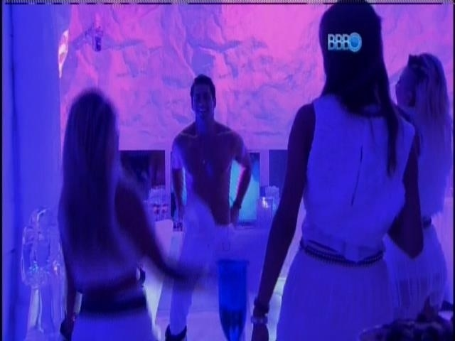 30.mar.2014 - Marcelo tira roupa para Clara, Vanessa e Angela