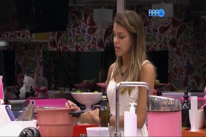 """30.mar.2014 - Na cozinha, Angela dá pitacos e """"ensina"""" Boninho a fazer """"Big Brother"""" mais interessante"""