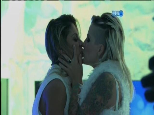 30.mar.2014 - O clima esquentou entre Clanessa. As sisters se beijaram na festa na Sibéria...