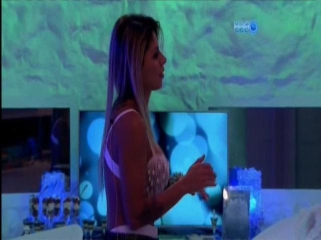 30.mar.2014 - Vanessa sensualiza de frente para o espelho