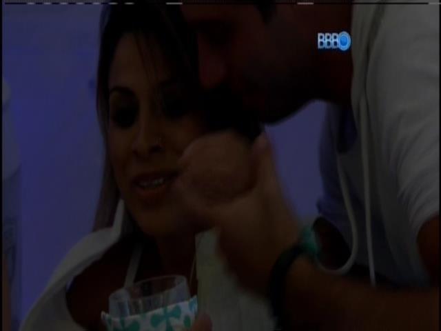 """30.mar.2014 - Vanessa toma tombo e Marcelo fala do seu bumbum: """"Você tem o maior amortecedor do Brasil"""""""