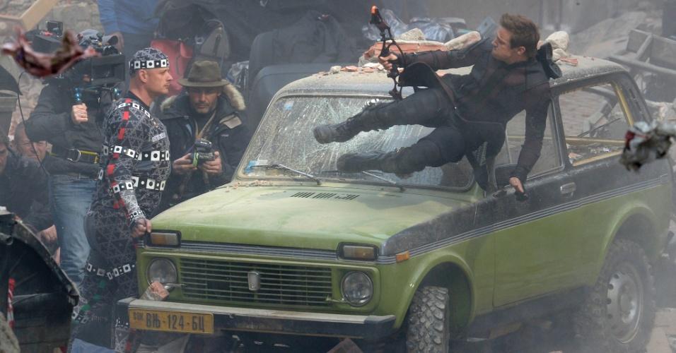 27.mar.2014 - Jeremy Renner, que interpreta o Gavião Arqueiro, salta sobre carro durante filmagens de
