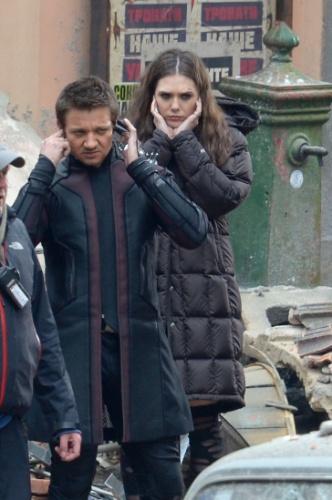 27.mar.2014 - Os atores Elizabeth Olsen e Jeremy Renner são vistos em ação, gravando cenas para o mais novo filme da Marvel,