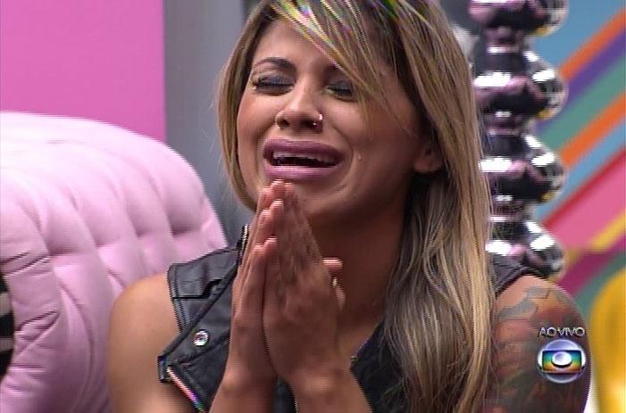 """30.mar.2014 - Vanessa não acredita que ficou na casa do """"Big Brother Brasil"""" e chora no ombro de Clara"""