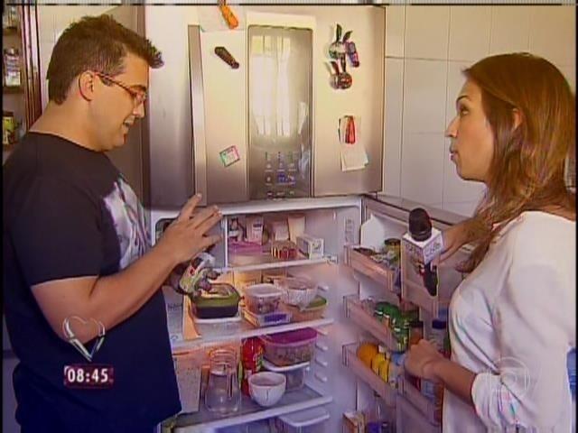 31.mar.2014 - André Marques mostrou a geladeira da sua casa e seus novos hábitos alimentares após a gastroplastia
