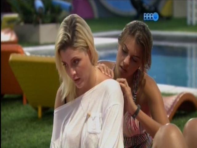 31.mar.2014 - Angela, Clara e Vanessa conversam na área externa da casa-grande