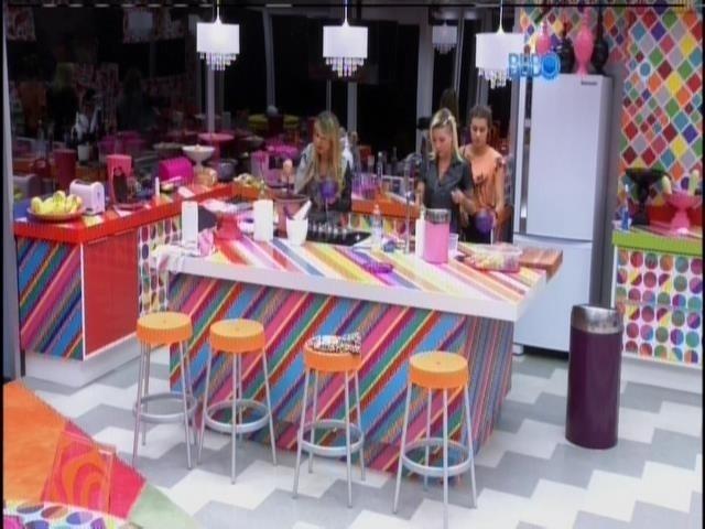 """31.mar.2014 - Angela, Clara e Vanessa conversam sobre como chegaram à final do """"BBB14"""""""