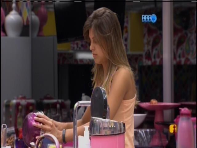 31.mar.2014 - Sem nada para comer, Angela prepara omelete para o desjejum das sisters