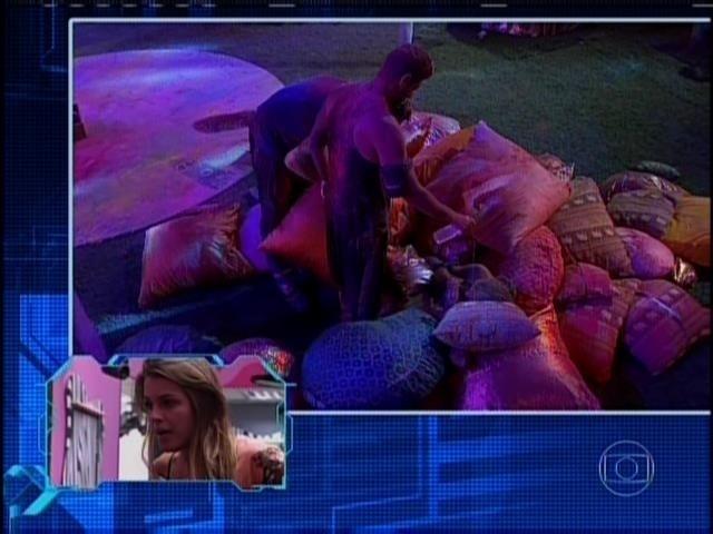 31.mar.2014 - Angela vê cena em que Marcelo joga água na sua cara, Festa Indiana