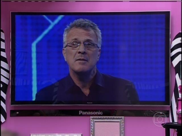 """31.mar.2014 - """"É do Big Sister Brasil?"""", diz Pedro Bial faz o primeiro contato com as finalistas"""