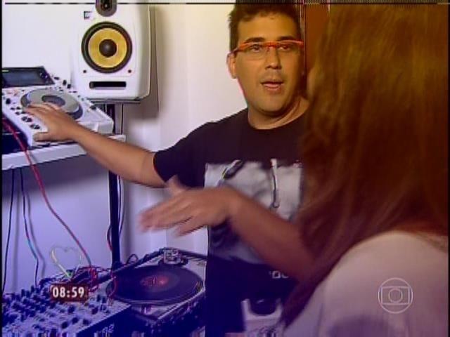 31.mar.2014 - O apresentador André Marques, que também é DJ, mostrou seus equipamentos de som