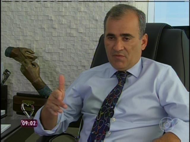 31.mar.2014 - O médico Cid Pitombo, responsável pela gastroplastia de André, explicou como é a cirurgia