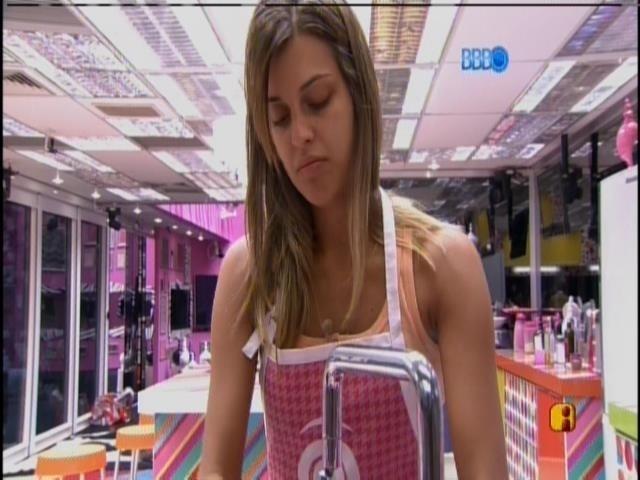 31.mar.2014 - Para dar um jeito no tédio, Angela resolve lavar as louças