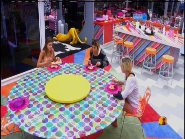 31.mar.2014 - Sisters comem omelete no café da manhã e lembram de quando a casa era cheia