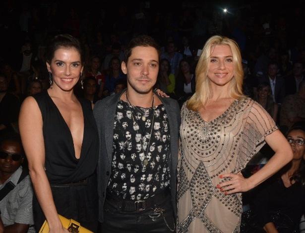 31.mar.2014- Deborah Secco e Bruno Torres posam ao lado de Letícia Spiller