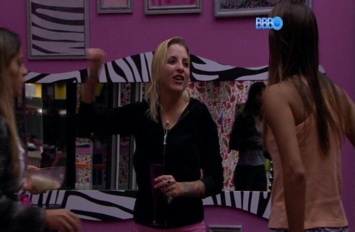 31.mar.2014 - Clara convida Angela e Vanessa para visita-la em Las Vegas e promete pagar a viagem das duas se for a vencedora do
