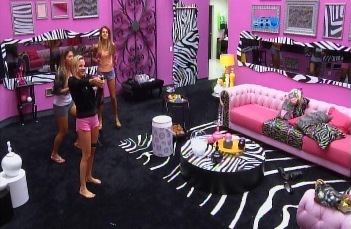 31.mar.2014 - Clara estoura a champanhe e festinha das meninas começa na sala, com direito a música