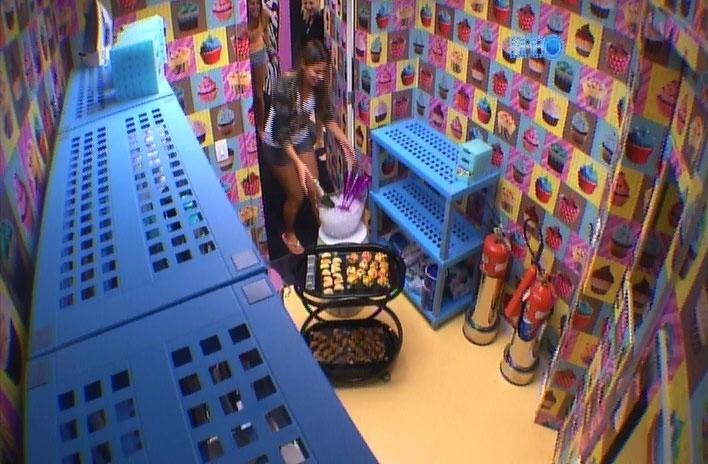 31.mar.2014 - Vanessa é chamada na despensa e se depara com um cooler cheio de bebidas, um champanhe e vários salgadinhos em um carrinho