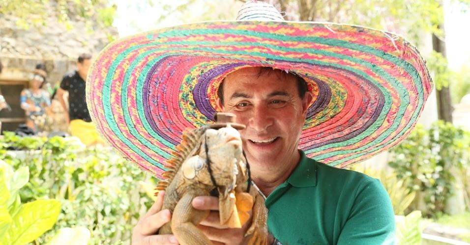 31.mar.214 - Amaury Jr. segura iguana em gravação