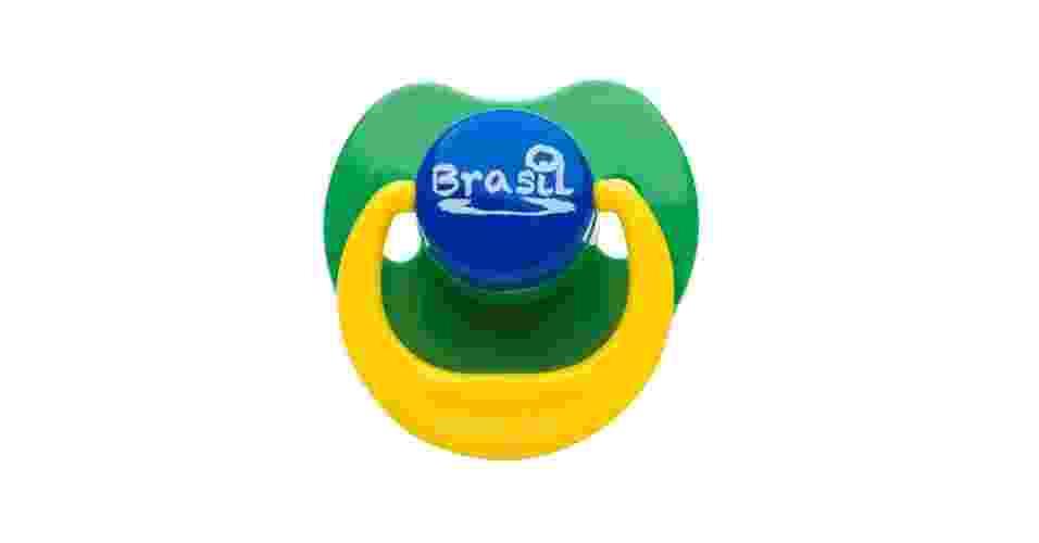 A chupeta da Lolly Baby (www.lollybaby.com) foi desenvolvida especialmente para a Copa do Mundo do Brasil. O produto estará na 31ª Abrin (Feira Brasileira de Brinquedos), que acontece até 4 de abril de 2014, no Expo Center Norte, em São Paulo. O preço sugerido do item é R$ 4,40 - Divulgação