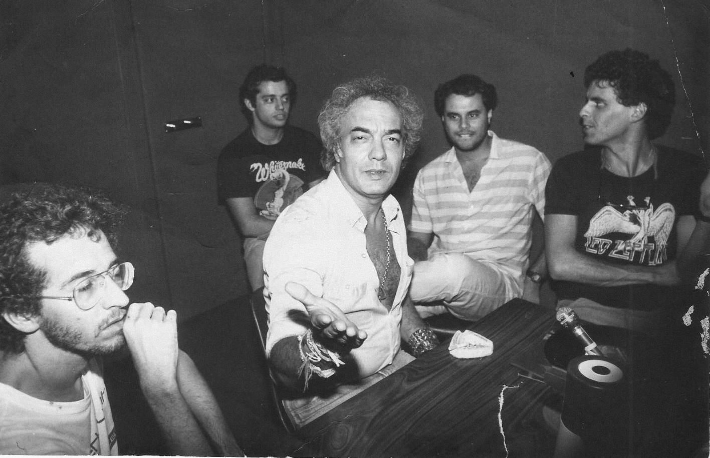 Rádio Fluminense em 1982: Alex Mariano (produtor), Alvaro Luiz Fernandes (gerente de promoção), Hilário Alencar (produtor), Luiz Antonio Mello (diretor) e Erasmo Carlos. A rádio era apoiadora dos eventos realizados no Circo
