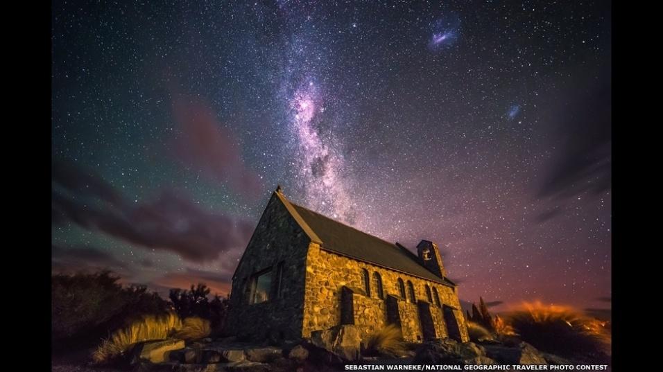 """""""Um dos meus sonhos era fotografar o céu à noite durante minha viagem de férias à Nova Zelândia"""", diz Sebastian Warneke, autor desta imagem. """"No final da viagem, tive a sorte de ver um céu claro logo após o pôr-do-sol. Decidi dirigir à famosa pequena igreja de Tekapo e fazer algumas fotos antes que a Lua aparecesse."""""""