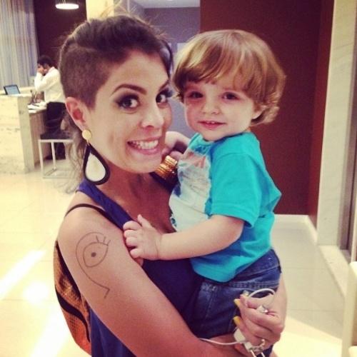 """01.abr.2014 - Bella posta foto com o filho de Clara, Max. """"Max! saudades da mamãe @claraaguilar_ ???????? amo demais!"""""""