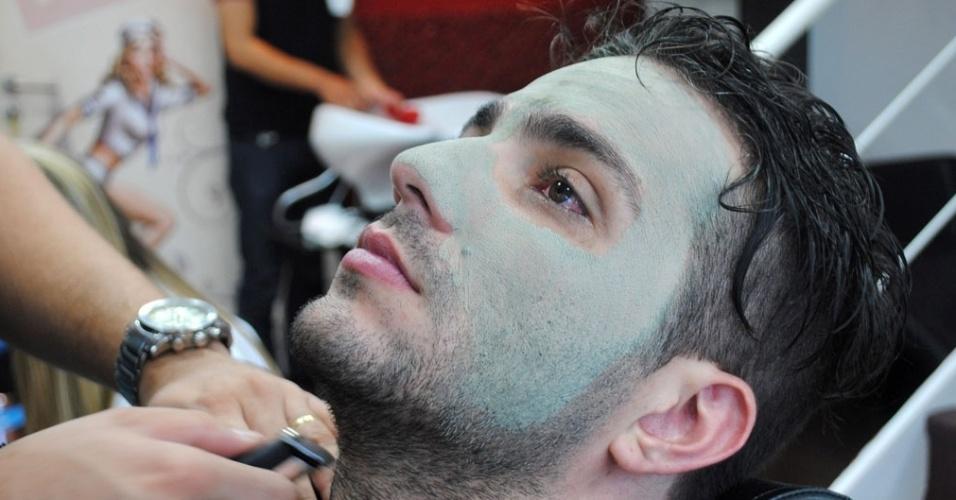 """01.abr.2014 - Junior preparou o cabelo, pele e barba para a final do """"BBB14"""""""