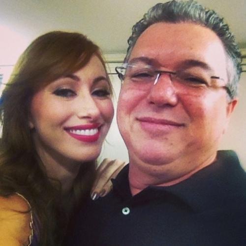 01.abr.2014 - No Projac, Aline aproveita para tirar uma foto com o diretor Boninho