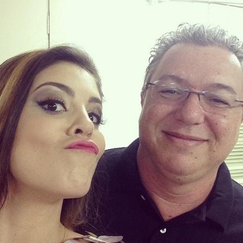 """01.abr.2014 - No Projac, Bella também aproveitou para tirar uma foto ao lado de Boninho: """"boninho (falem o que quiser, eu gosto dele)!!"""""""