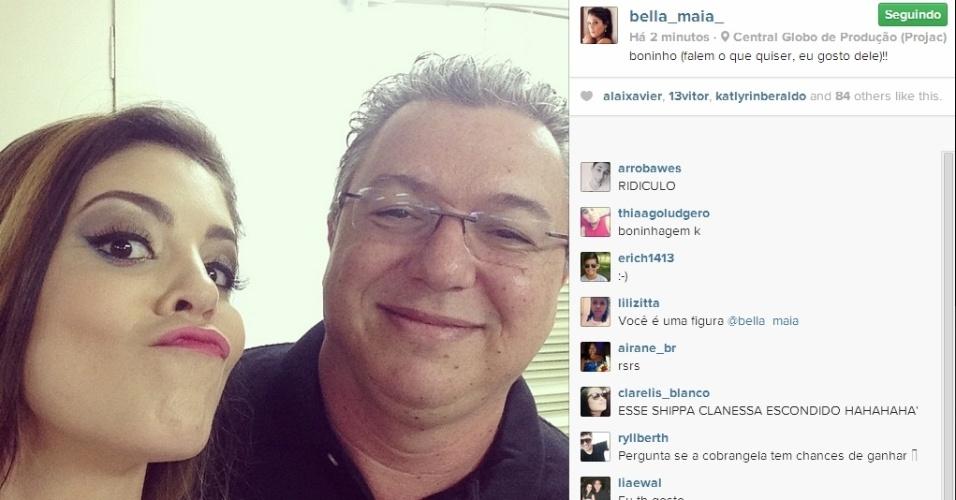 01.abr.2014 - No Projac, Bella também aproveitou para tirar uma foto ao lado de Boninho: