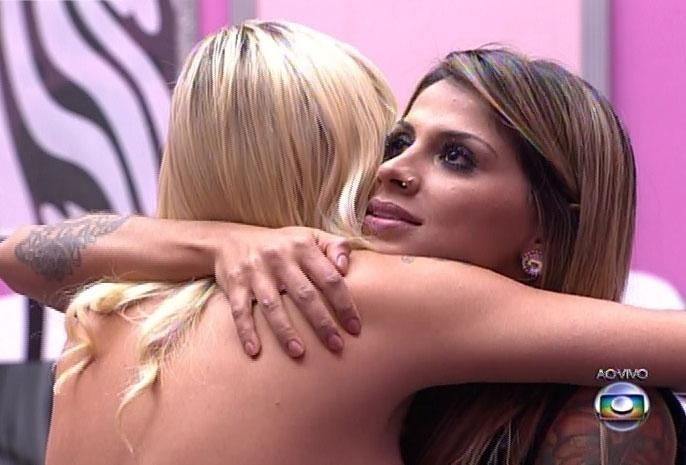 1-abr.2014 - Após longa espera, Pedro Bial anuncia Clara como a terceira colocada; na imagem, Vanessa se despede de Clara