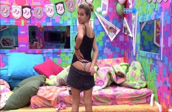 1.abr.2014 - Angela mostra sua marquinha de biquíni transparecendo pela calcinha.
