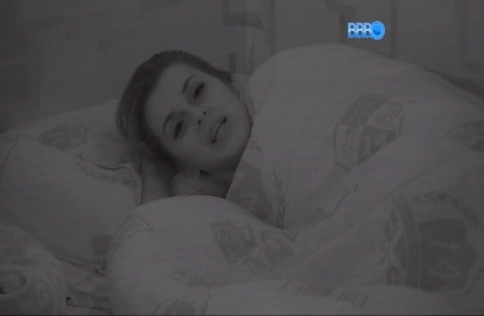 """1.abr.2014 - Angela reclama para Clara que não consegue dormir de tanta ansiedade. Ela jogam """"stop!"""" no escuro para tentar amenizar as expectativas"""