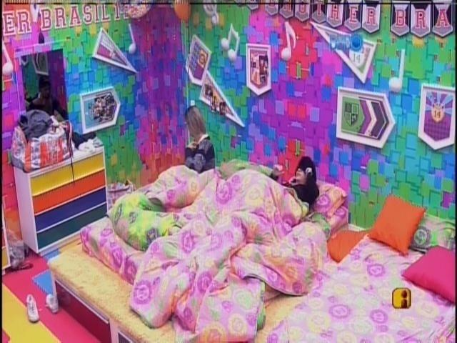 1.abr.2014 - Após conversarem com Fátima Bernardes, Angela, Clara e Vanessa voltam para a cama