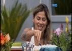 Clara e Angela cantam parabéns para Vanessa, que corta uma torta de limão - Reprodução/TV Globo