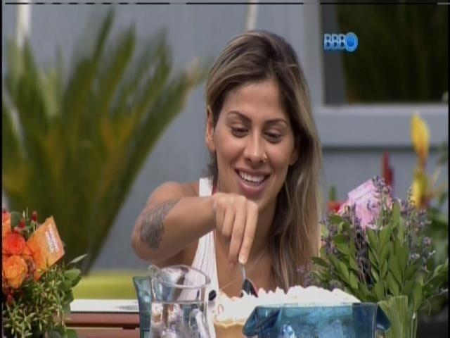 1.abr.2014 - Clara e Angela cantam parabéns para Vanessa, que corta uma torta de limão
