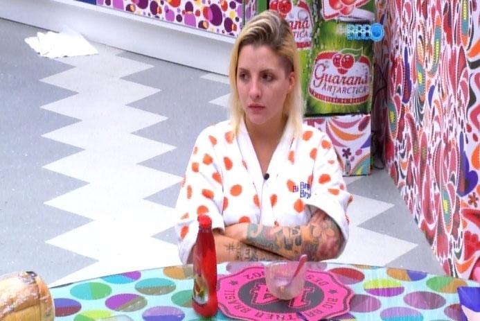 """1.abr.2014 - Clara fala sobre Anitta e questiona: """"Como se ama, se já fez mais de 500 plásticas?!"""""""