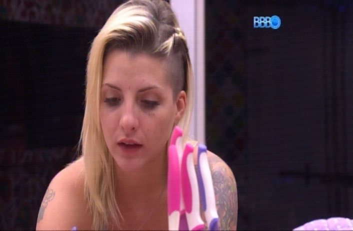 """1.abr.2014 - Clara lamenta que seu marido, Fabian, não estará presente na grande final do """"Big Brother Brasil 14"""". """"Ele não gosta de se expor"""", contou para Angela"""