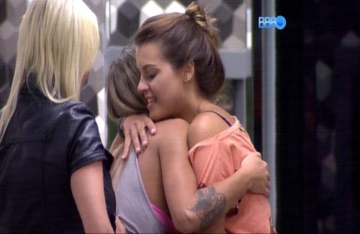 1.abr.2014 - Depois de uma chuva de arroz, Angela abraça Vanessa e dá os parabéns pelos 28 anos da sister