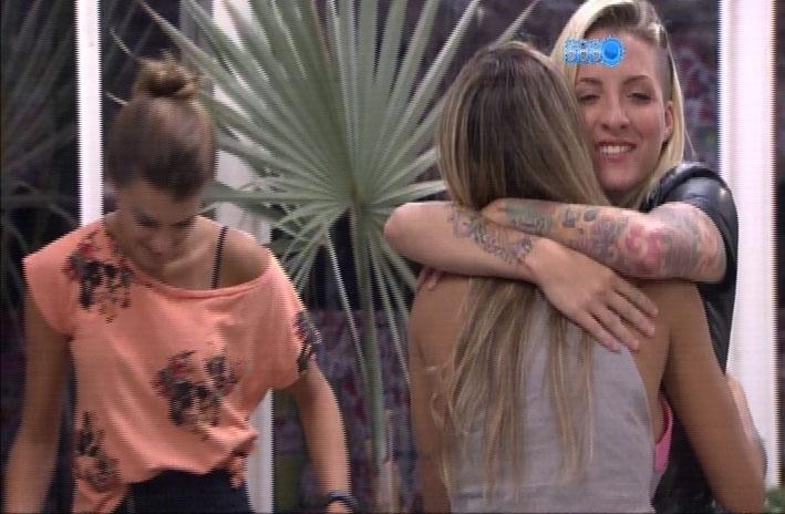 1.abr.2014 - Depois de uma chuva de arroz, Clara abraça Vanessa e dá os parabéns pelos 28 anos da sister