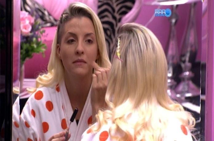 1.abr.2014 - Diretor ironiza inteligência de Tatiele para chamar a atenção de Clara