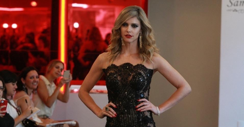 1.abr.2014 - Fernanda Lima desfila em prévia do estilista Samuel Cirnansck para a SPFW