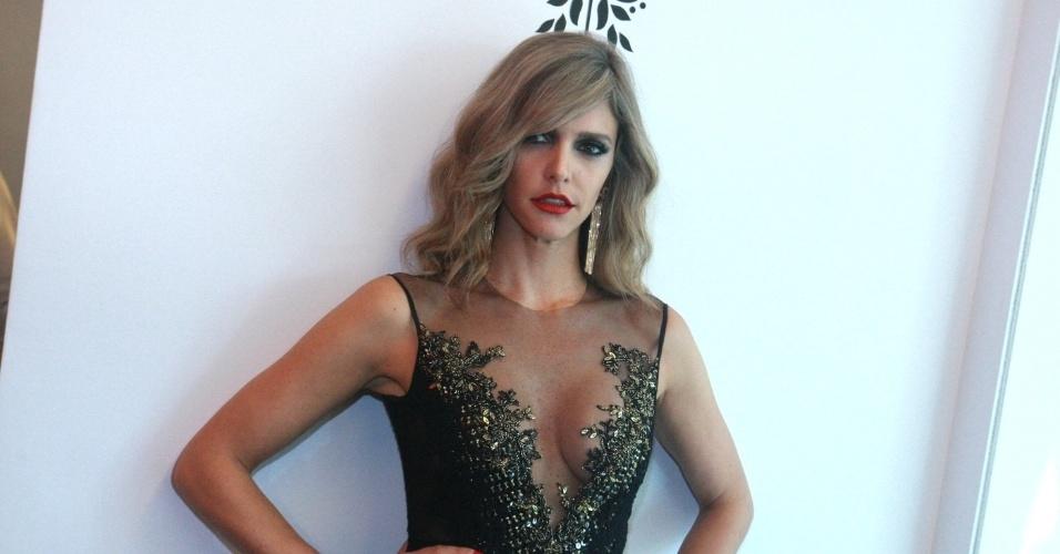 1.abr.2014 - Fernanda Lima posa após desfilar em prévia do estilista Samuel Cirnansck para a SPFW