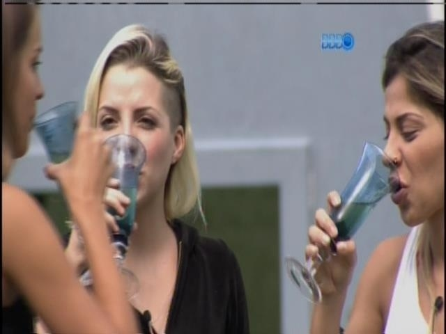 """1.abr.2014 - Finalistas ganham almoço, champanhe e flores desejando """"Parabéns"""", da produção"""
