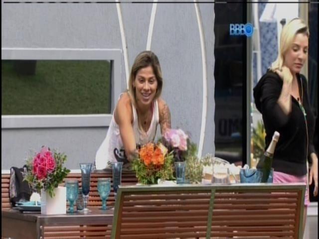 1.abr.2014 - Finalistas ganham almoço, champanhe e flores desejando