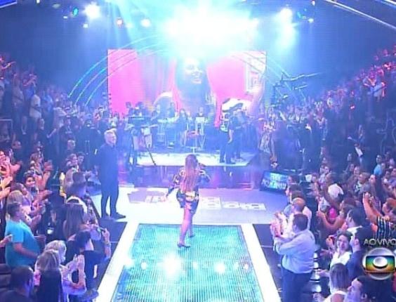 """1.abr.2014 - Pedro Bial inicia a edição da final convocando Gaby Amarantos, a atração musical. """"Gaby Ostentação"""" foi a música que abriu o programa"""