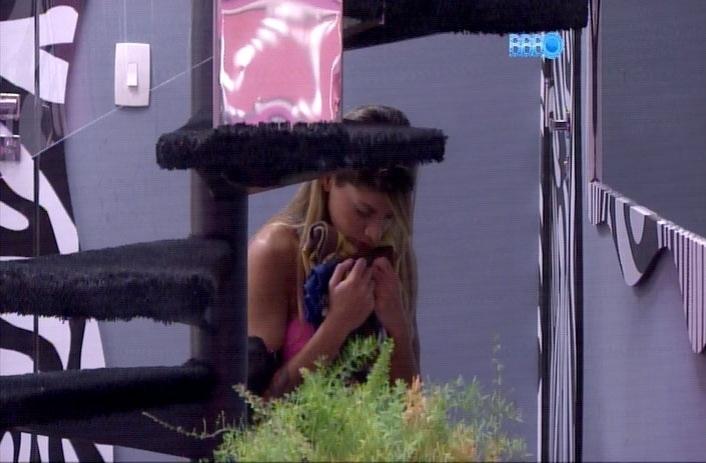 1.abr.2014 - Vanessa faz uma oração escondida próxima ao quarto Festa. A sister ainda segurava alguns tecidos que pertencem aos seus cachorros