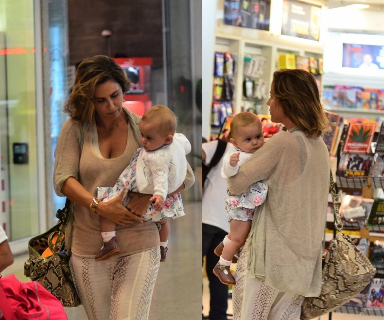 1.abr.2014- Guilhermina Guinle embarca em aeroporto no Rio com a pequena Mina, de apenas de seis meses. A menina é filha da atriz com Leonardo Antonelli, irmão de Giovanna Antonelli