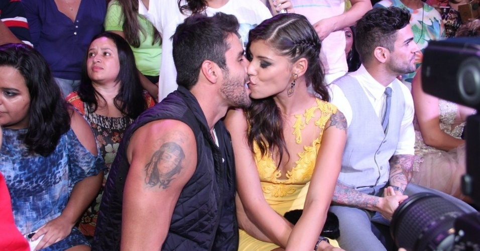 """1.abr.20144 - Diego e Franciele se beijam nos bastidores da final do """"BBB14"""""""